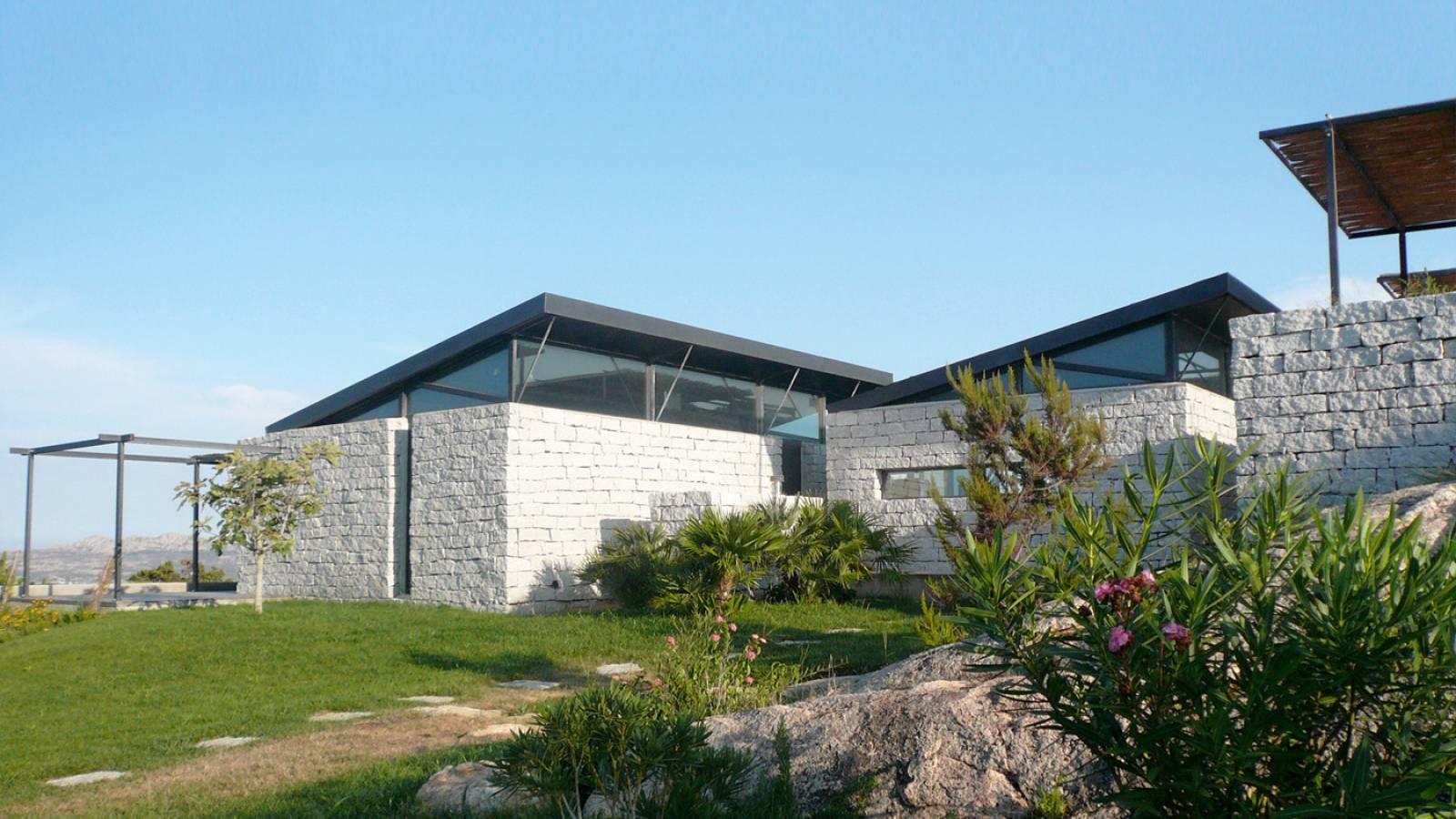 Villa contemporaine m maddalena en sardaigne - Maison en pierre giordano hadamik architects ...